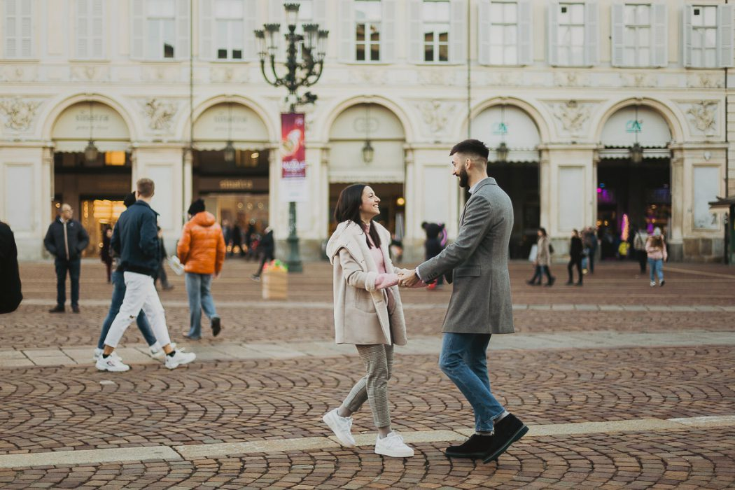 Christmas engagement session a Torino in piazza san Carlo