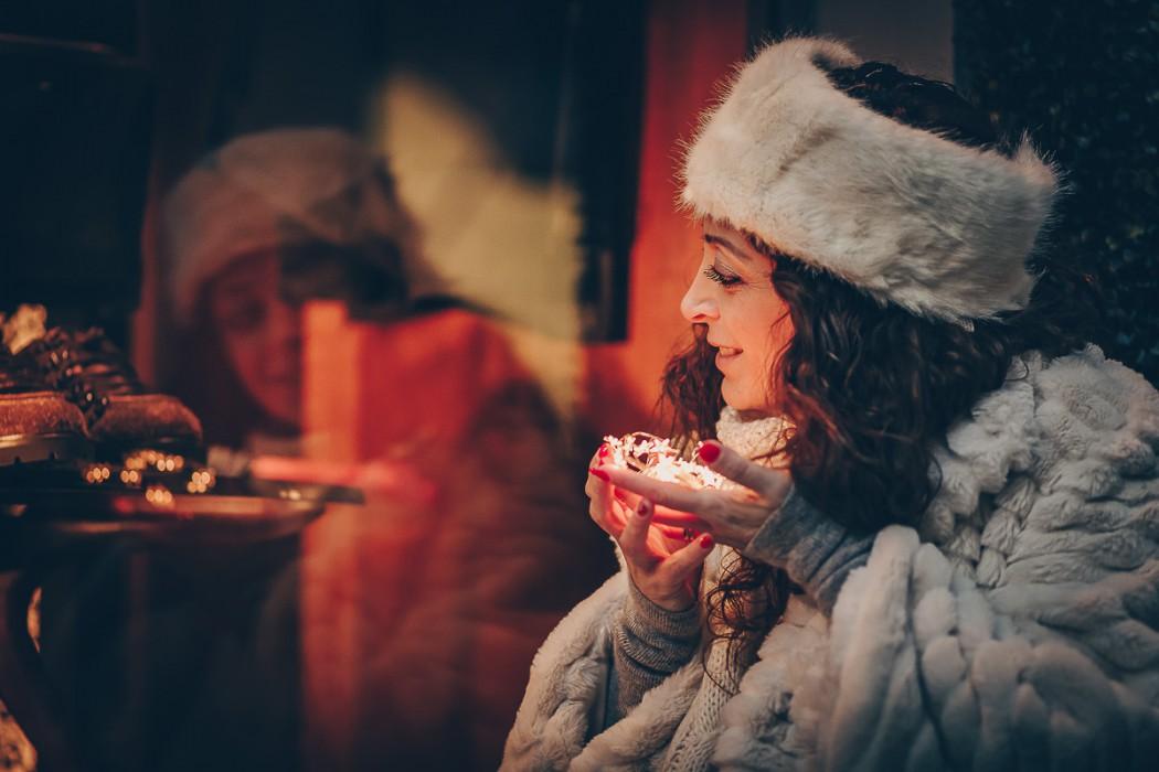 Servizio-fotografico-gravidanza-invernale-in-centro-a-chieri-di-Enya-luci-led-Bokeh-sera-riflessa -nella-vetrina
