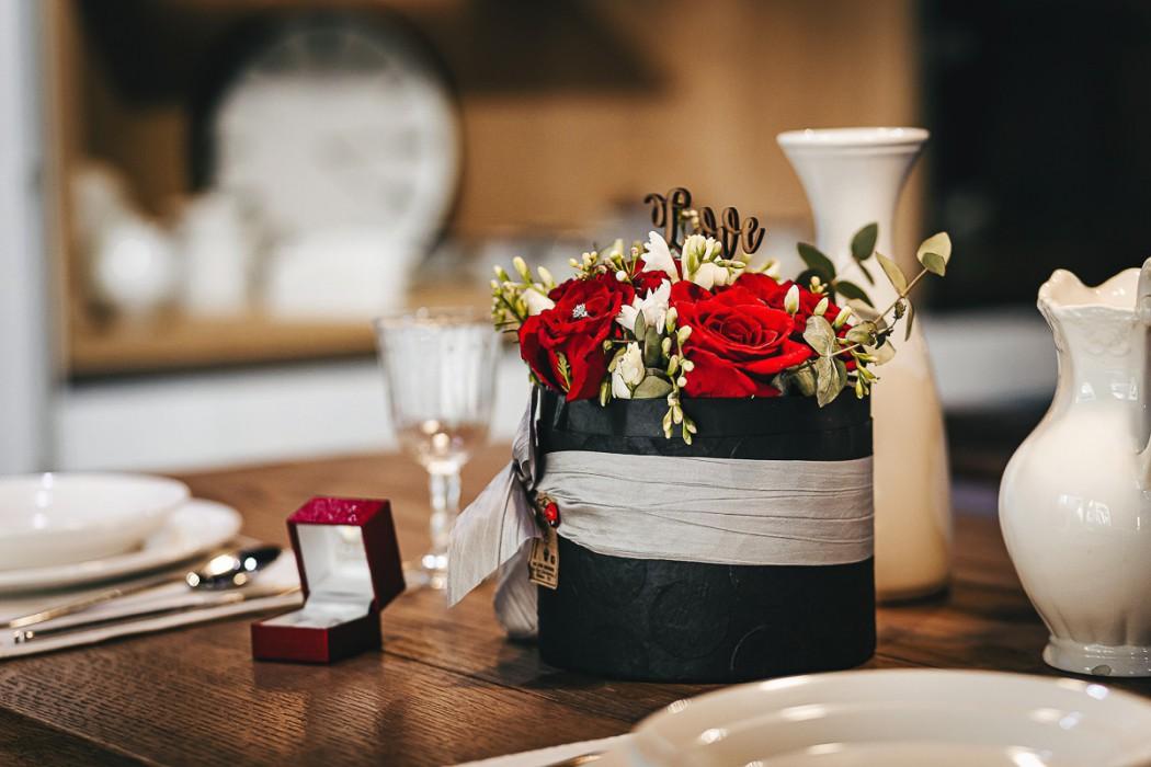 Proposta di matrimonio a tema san Valentino all'Atelier Bonetto di Chieri fiori di maison des Fleurs e anello di allegro Gioielli