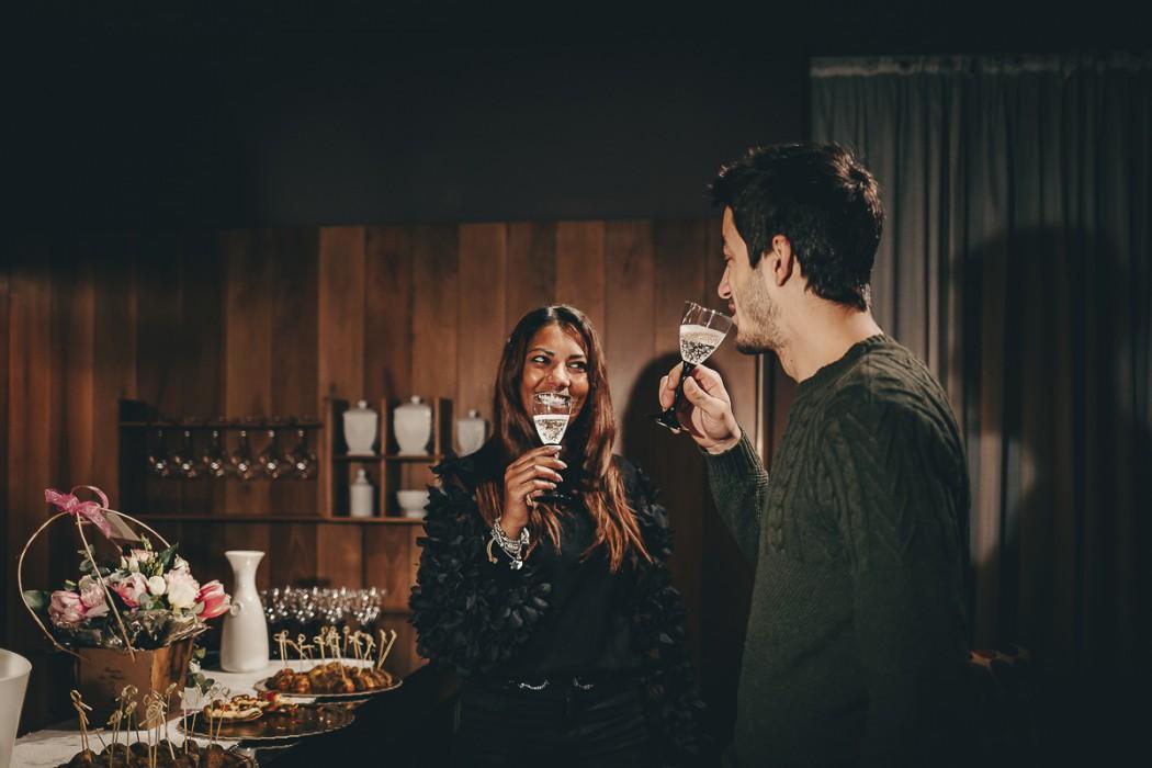 Proposta di matrimonio a tema san Valentino all'Atelier Bonetto di Chieri, Nina e Riccardo brindano